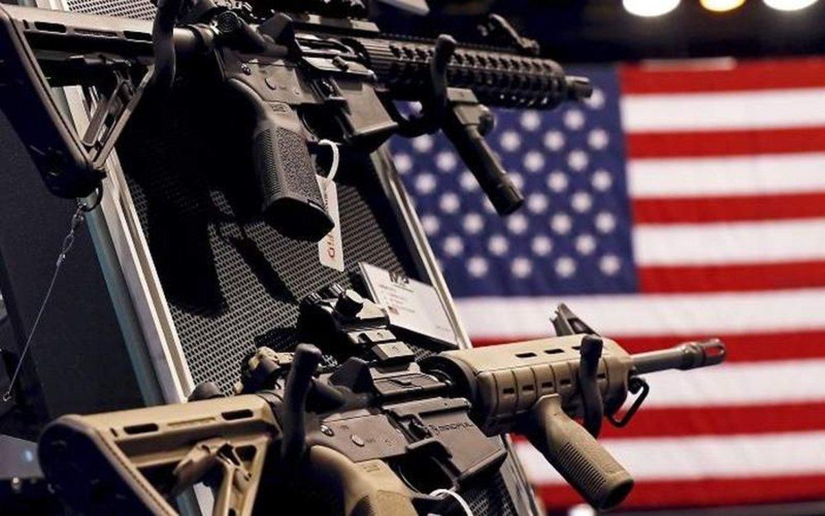 Rifles de asalto en una tienda de armas en los Estados Unidos.