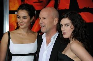 El actor Bruce Willis posa con su esposa, Emma Heming, y su hija, Rumer Willis, a su llegada al Teatro Chino de Hollywood, en octubre del 2010.