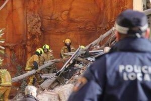 Los bomberos, durante los trabajos de desescombro del edificio caído en Alcoi.