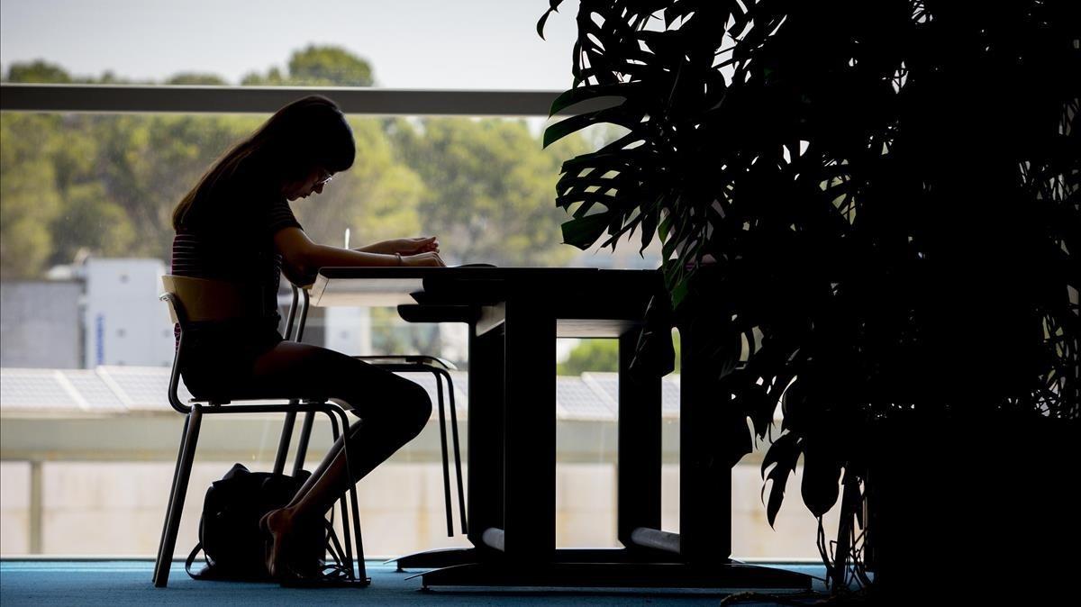 Estudianteen la biblioteca de la UAB en Cerdanyola.