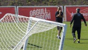 Eusebio, técnico del Girona, conversa con su ayudante Onésimo en un entrenamiento