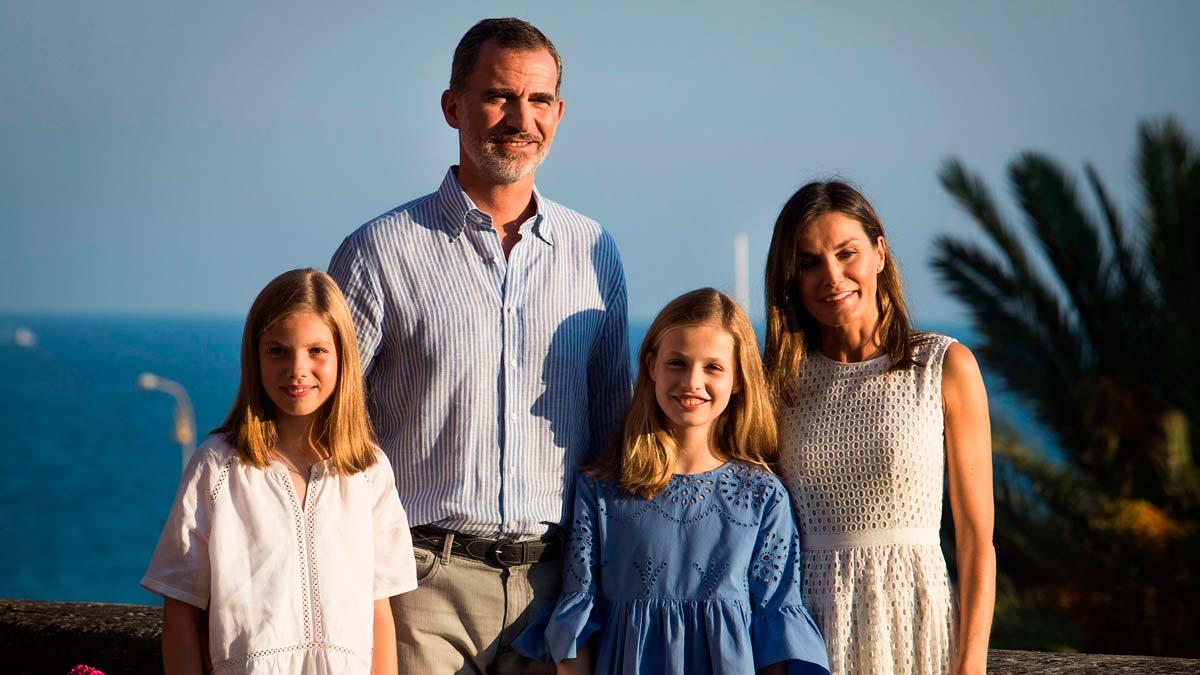 Los Reyes arrancan sus vacaciones posando el palacio de la Almudaina de Palma de Mallorca.