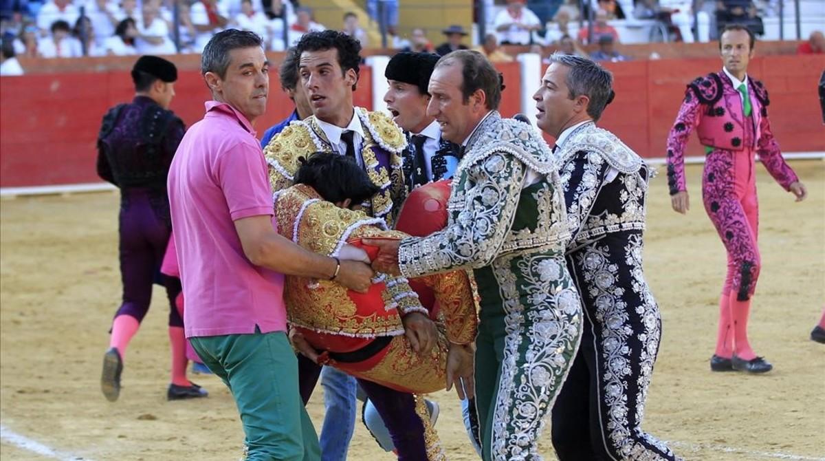 El torero segoviano de 29 anos Victor Barrio es sacado de la plaza tras sufrir la cogida que le causó la muerte en Teruel el 9 de julio.