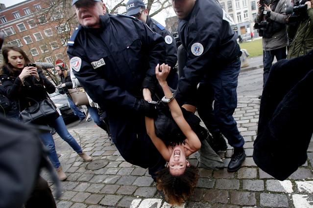 Detención de una de las activistas de Femen ante los juzgados de Lille.