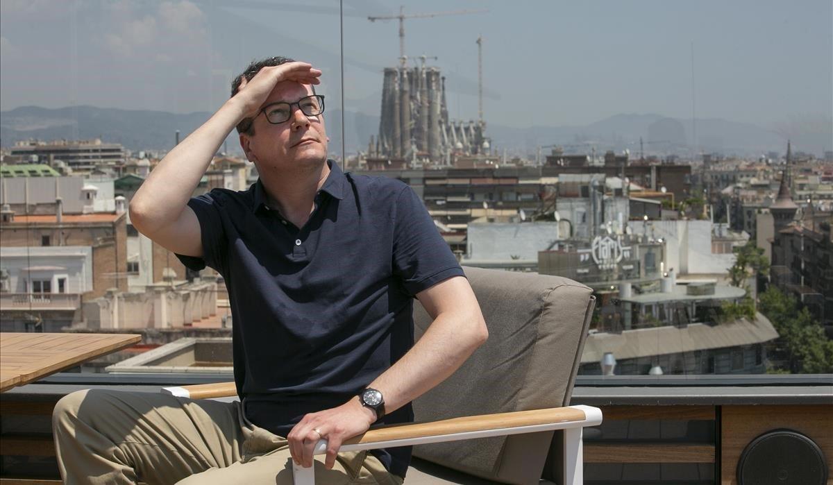 Ferran Folch posa en la terraza del Hotel Majestic, cuyas vistas de Barcelona le parecen impresionantes.