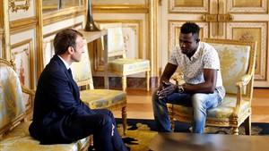 El presidente francés,Emmanuel Macron, con MamadouGassama en el Palacio del Eliseo en Paris.