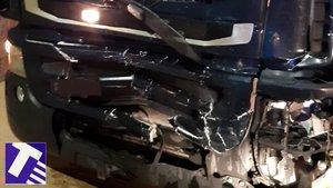 Frontal del camión implicado en el accidente en la A-2 en Castellolí, donde ha resultado muerta una mujer que viajaba en un turismo, este viernes.