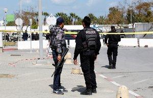 Fuerzas de seguridad, en el lugar donde se ha producido la explosión, este viernes en Túnez.