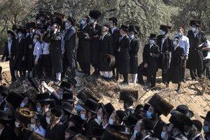 Ortodoxos en el funeral de Mordejai Yisajar Ber Leifer.