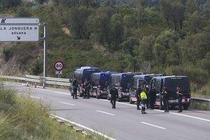 Furgones policiales en la AP-7, cerca de la Jonquera.