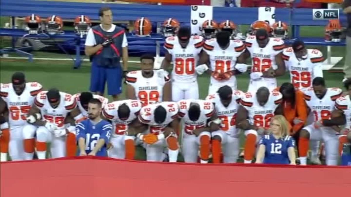 Los jugadores de fútbol americano protestan contra Trump y la violencia racial.