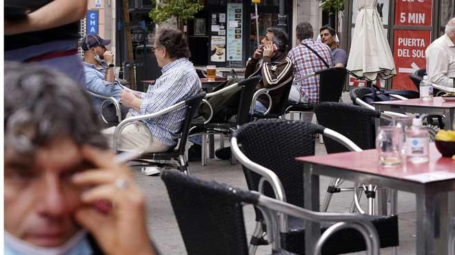 Galicia apuesta por prohibir fumar si no hay distancia de seguridad. En la foto, gente fumando en terrazas al aire libre.