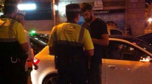 Gerard Piqué, amb els agents de la Guàrdia Urbana que el van denunciar diumenge a la matinada.