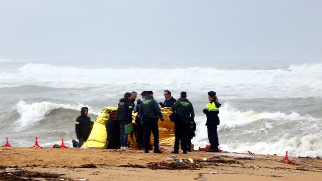 Hallado en la playa de Caldes d'Estrac el cuerpo del hombre arrastrado por el agua en Arenys