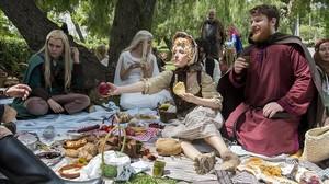 Mara(con sombrero) y Víctor (a la derecha, con barba), los fundadores de BCNCosplay, comparten mantel con dos elfos, el domingo, durante el pícnic hobbit en el parque de Cervantes.