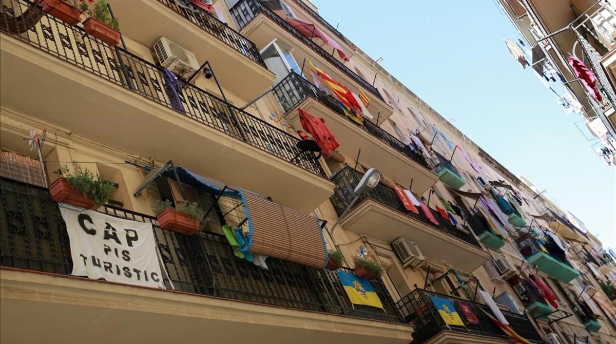 Pancartas contra los pisos turísticos, en el barrio de la Barceloneta.