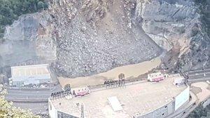 Imagen del desprendimiento junto a la carretera CG-1, delante del centro comercial Punt de Trobada (en la parte inferior de la imagen) de Sant Julià de Lòria, este sábado.