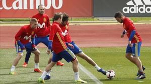 Iniesta, con Deulofeu, Monreal, Javi Martínez y Koke, en un entrenamiento de la selección.