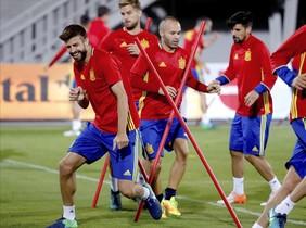 Iniesta y Piqué, durante el entrenamiento de este sábado en el estadio Loro Borici.