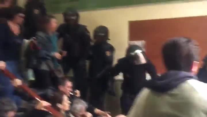Actuación de la policía en el CEIP Pau Claris de Barcelona, el pasado 1 de octubre.