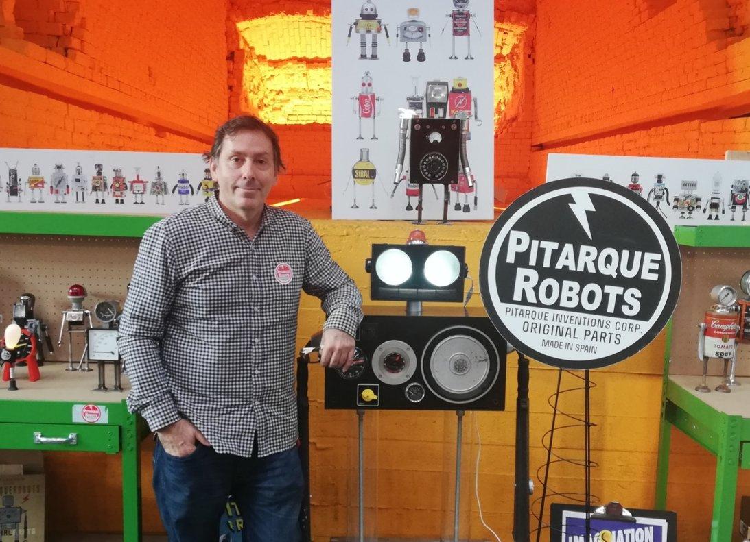 Javier Arcos, junto a una muestra de sus robots en la FEED V.