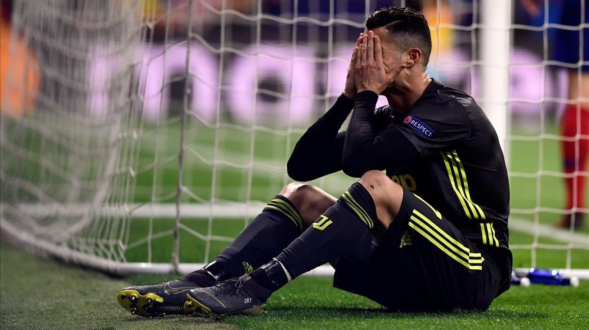 Cristiano Ronaldo se desespera en el césped del Metropolitano, la noche del 20 de febrero.