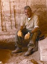 Jordi Clos, ante la tumba egipcia inviolada que descubrió en Sharuna.