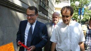 José María Múgica (derecha), junto al exdirigente socialista Nicolás Redondo Terreros, en una imagen del 2006, en la Audiencia Nacional, durante el juicio por el asesinato de Fernando Múgica.