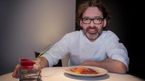 El chef Oriol Ivern, del restaurante Hisop, con un plato de gambas de Palamós