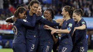 Las jugadoras francesas felicitan a Renard, autora de dos goles de cabeza.