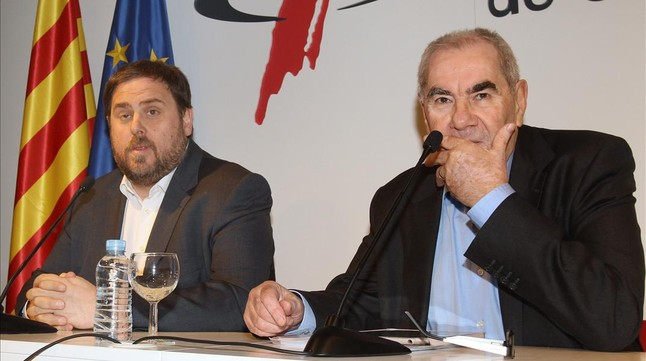 El líder de ERC, Oriol Junqueras, y el de Nova Esquerra Catalana, Ernest Maragall, este martes, 4 de marzo, en rueda de prensa, en el Col·legi de Periodistes. EFE / TONI GARRIGA