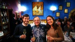 Joan Manubens, con su tíoPep y su hermanaCristina, el pasado jueves en El Passadís del Pep.