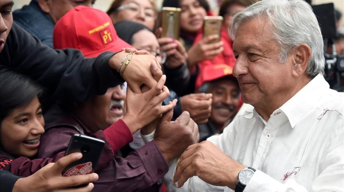 López Obrador, del partido Morena, saluda a un grupo de simpatizantes en Tlaxcala.