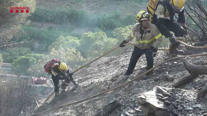Los bomberos trabajan en el incendio de Capellades (Anoia).