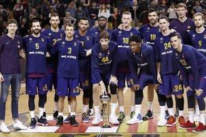 Los jugadores del Barça posan con la Copa la pasada semana en el Palau