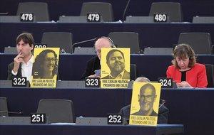Los miembros del Parlamento Europeo muestran fotos de los líderes catalanes en prisión o exiliados, mientras el presidente del Gobierno español, Pedro Sánchez, pronuncia un discurso sobre el futuro de Europa durante una sesión plenaria en el Parlamento Europeo en Estrasburgo.