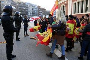 Los Mossos forman un cordón policial para separar a manifestantes ultras de los independentistas, este domingo en la Meridiana.
