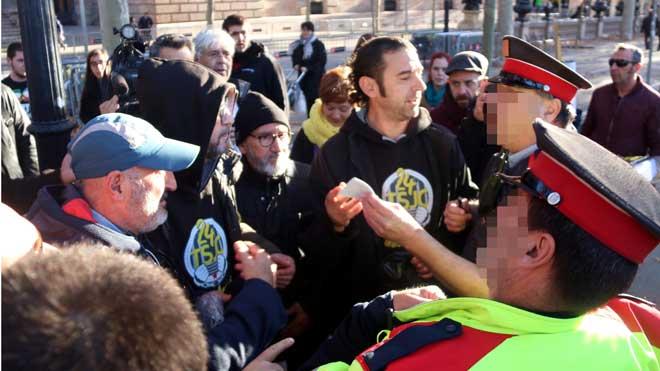 Los Mossos tratan de identificar a varios CDR en rueda de prensa ante el Palau de Justícia.