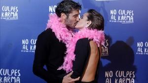 Los protagonistas de No culpes al karma..., Alex García y Alba Galocha.
