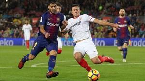 Luis Suárez pugna por un balón ante Clement Lenglet.