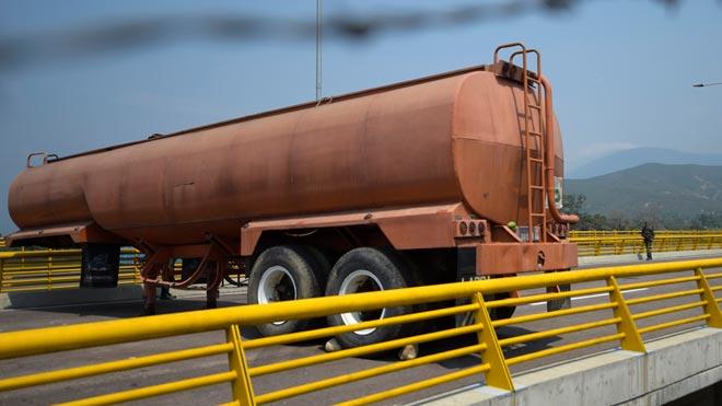 Con dos contenedores de carga y la cisterna de un camión, los militares venezolanos han bloqueado la entrada de ayuda humanitaria a Venezuela.