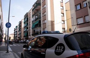 Una patrulla de los Mossos, en Malgrat de Mar, junto al edificio donde ha tenido lugar el crimen.