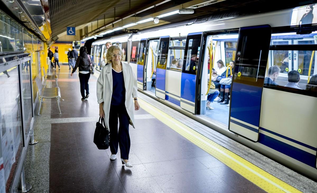 La alcaldesa de Madrid Manuela Carmena viajando en Metro Madrid.