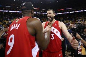 Marc Gasol celebra con su compañero Serge Ibaka la victoria en la final de la NBA