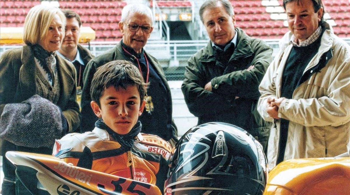 Marc Márquez, de niño, ante Sebastiá Salvador, Juan Moreta y Ángel Viladoms, tres de los dirigentes que más le ayudaron a crecer.
