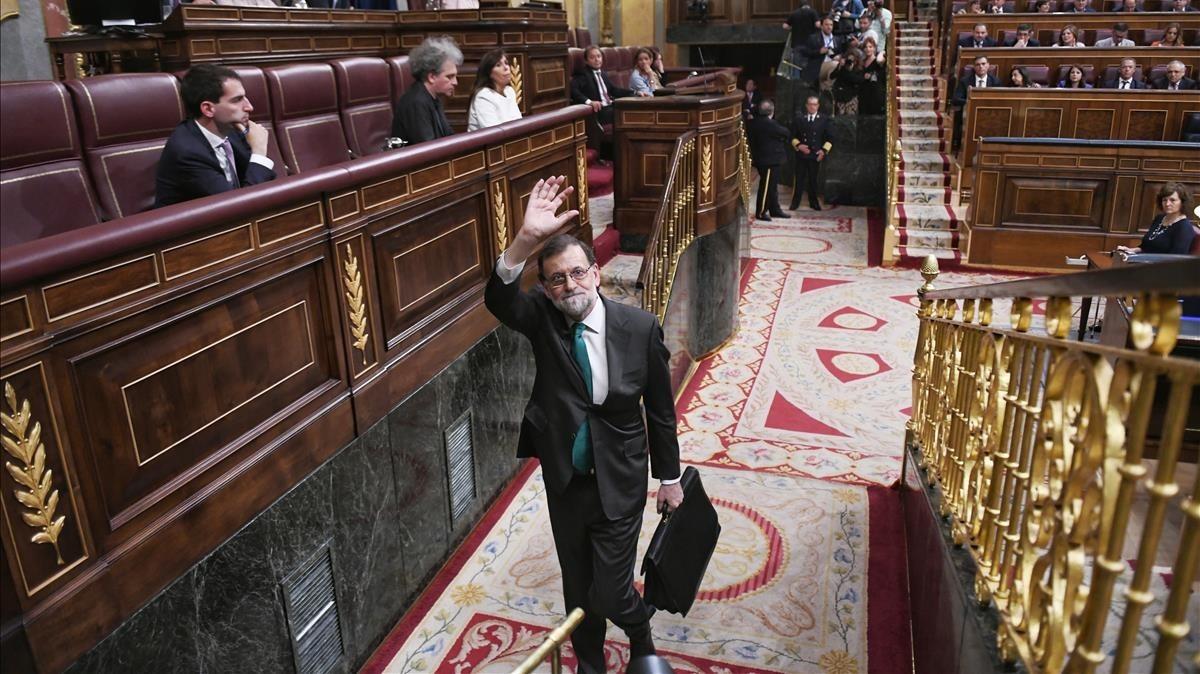 Mariano Rajoy abandona el Congreso, tras la sesión matutina del debate de la moción.