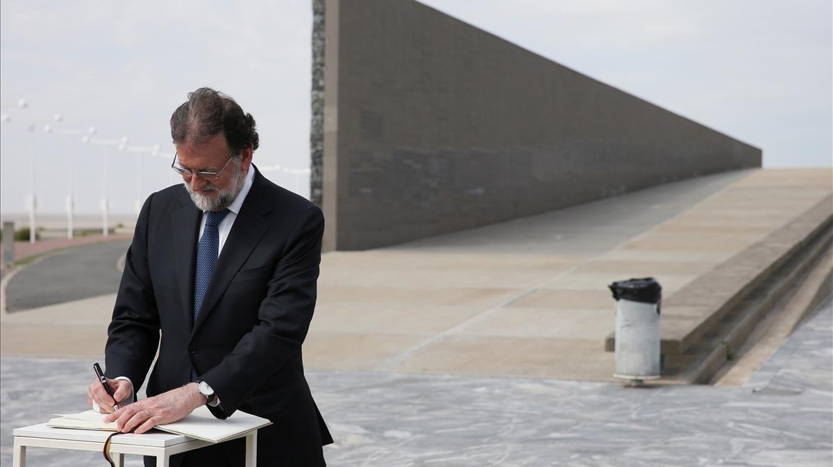 Mariano Rajoy firma en el libro de honor durante su visita al Parque de la Memoria de Buenos Aires, este miércoles.