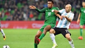 Mascherano pelea con Iwobi en el Nigeria-Argentina que se jugó este martes en Krasnodar.