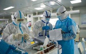 Médicos en el hospital de Wuhan.