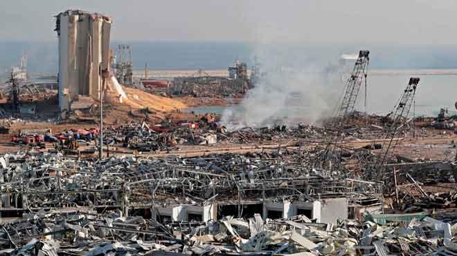 Al menos 100 muertos y 4.000 heridos en la explosión del puerto de Beirut. En la foto, coches y edificios dañados tras la deflagración.